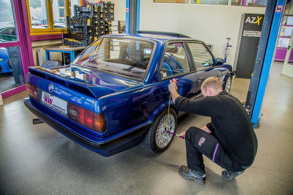 Both KW classic coilovers for the BMW E30 allow a continuously lowering of up to 80 mm.